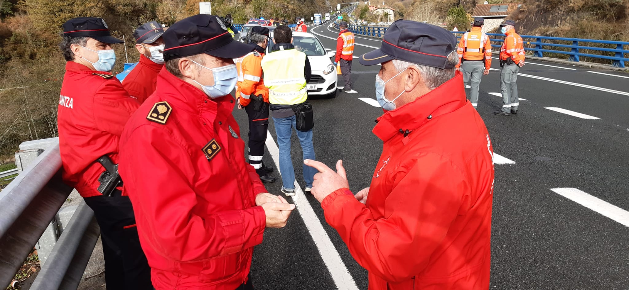 La Ertzaintza y la Policía Foral colaboran durante ese puente festivo en el control de la movilidad  entre Navarra y el País Vasco  [8:54]