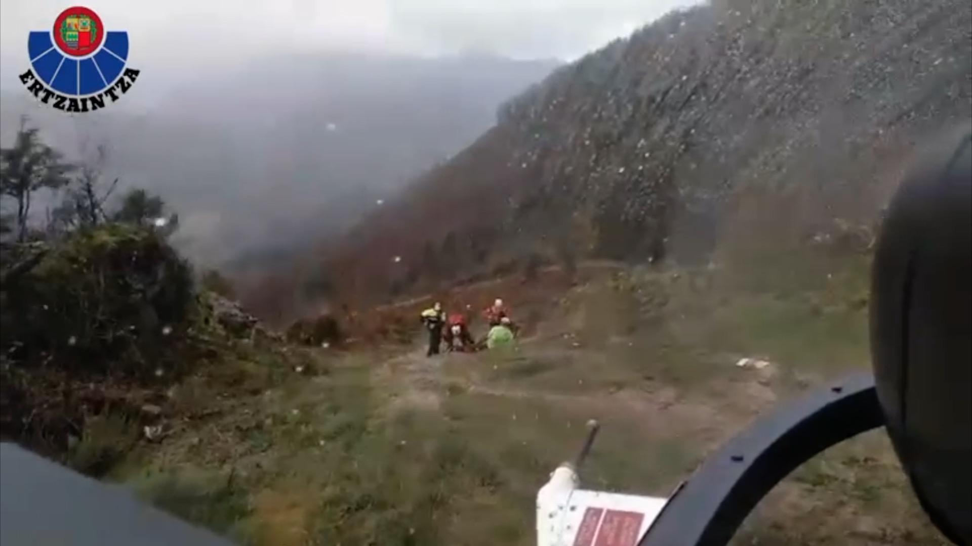 Hernani, un ciclista accidentado en el monte es evacuado  en un  helicóptero de la Ertzaintza  [1:39]