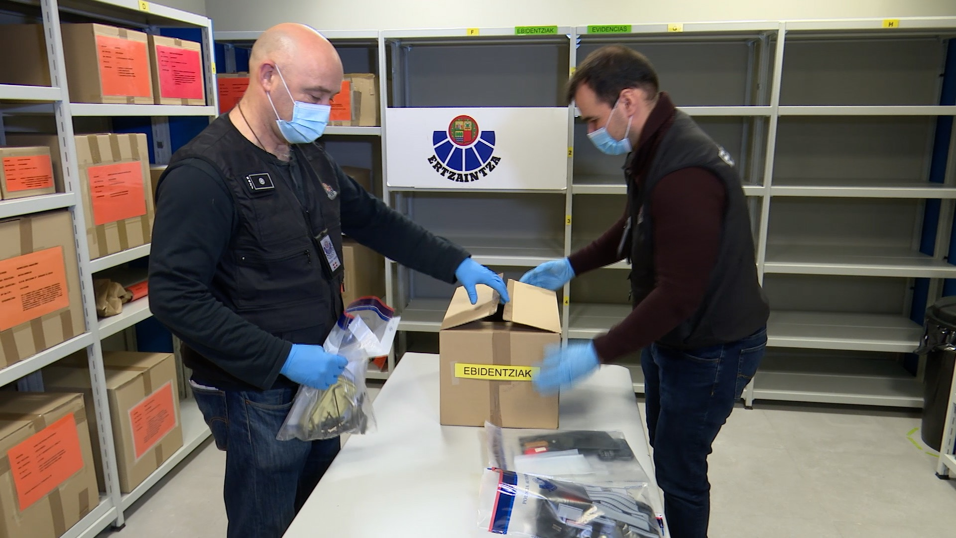 La Ertzaintza intercepta en Bilbao una célula itinerante de ladronas de pisos procedente de Francia [2:29]
