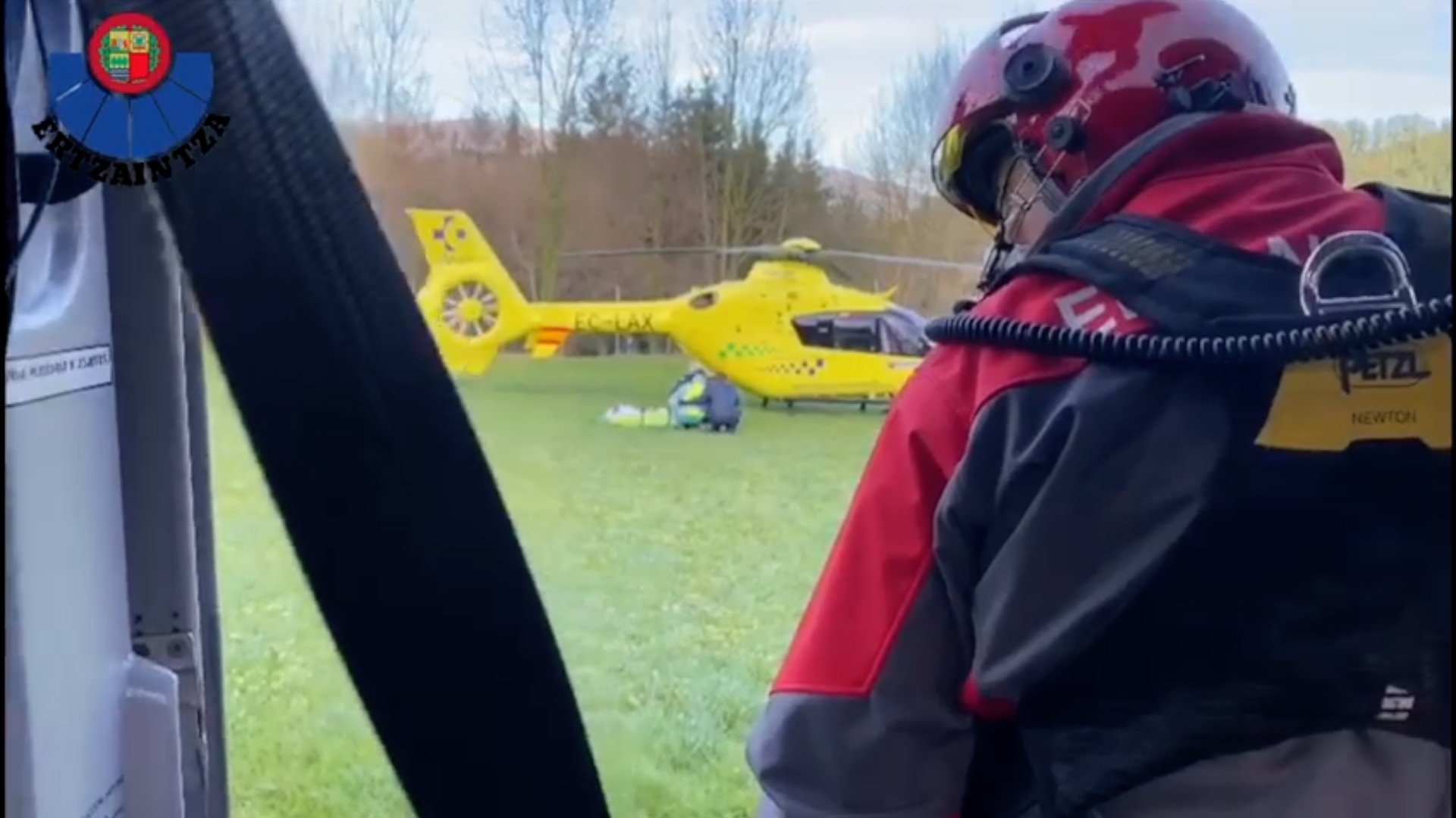 Abadiño, un helicóptero de la Ertzaintza rescata a un escalador accidentado en las canteras de Atxarte [2:02]