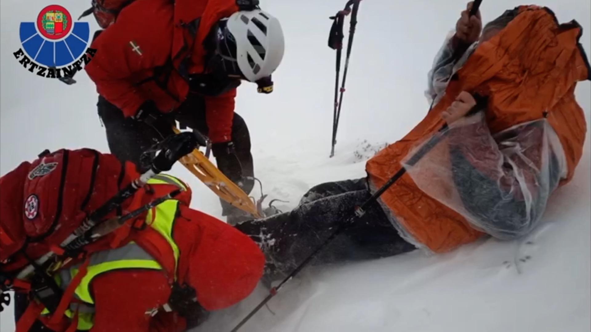 La Unidad de Vigilancia Rescate ayuda a bajar a un montañero perdido en el monte Gorbea [1:17]