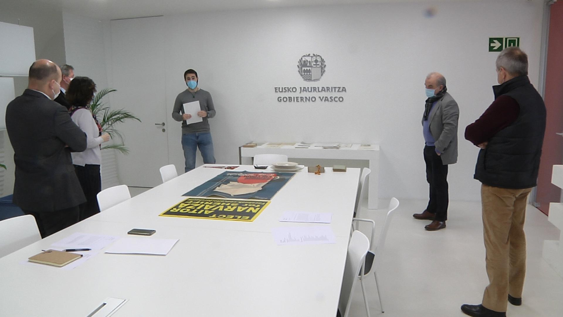 Bingen Zupiria y Marian Elorza conocen de cerca el trabajo que se realiza en el Archivo de la Diáspora Vasca  [4:52]