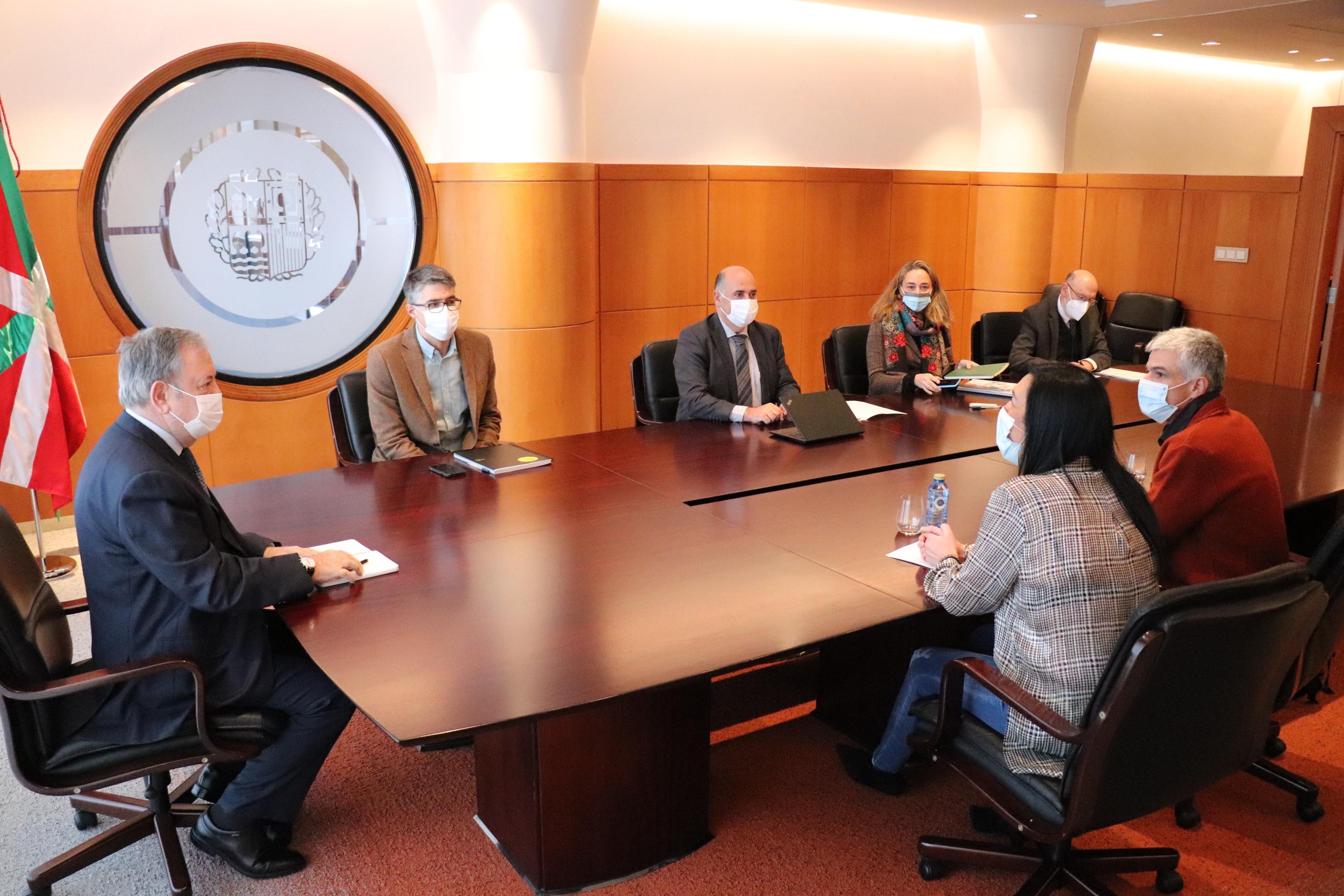 Reunión del Consejero de Economía y Hacienda, Pedro Azpiazu y su equipo con la parlamentaria vasca de VOX, Amaia Martinez, sobre el Presupuesto de la CAV de 2021 [2:40]