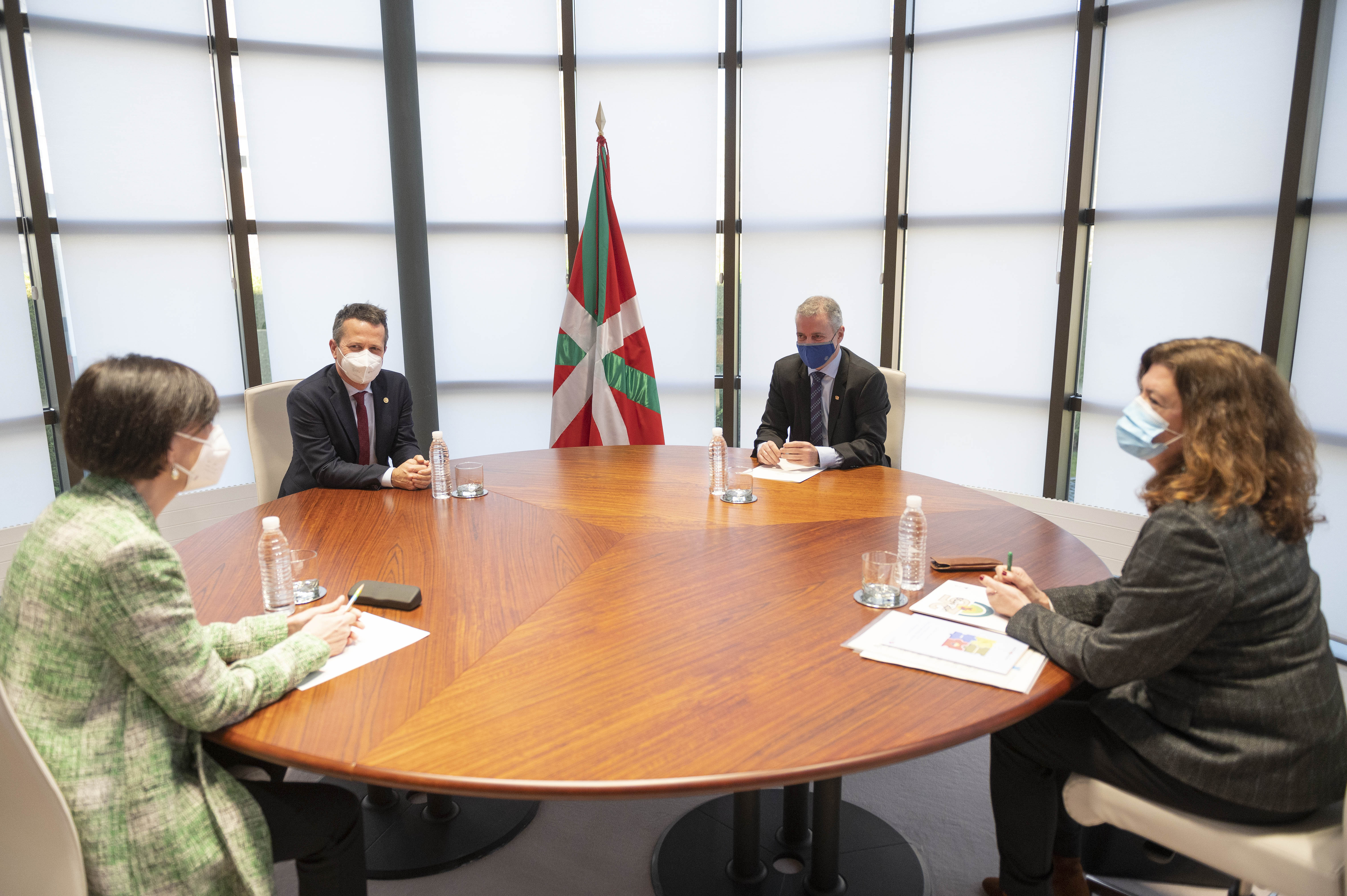 Lehendakariak Euskadiko Eskola Kontseiluaren arduradunak hartu ditu [0:53]