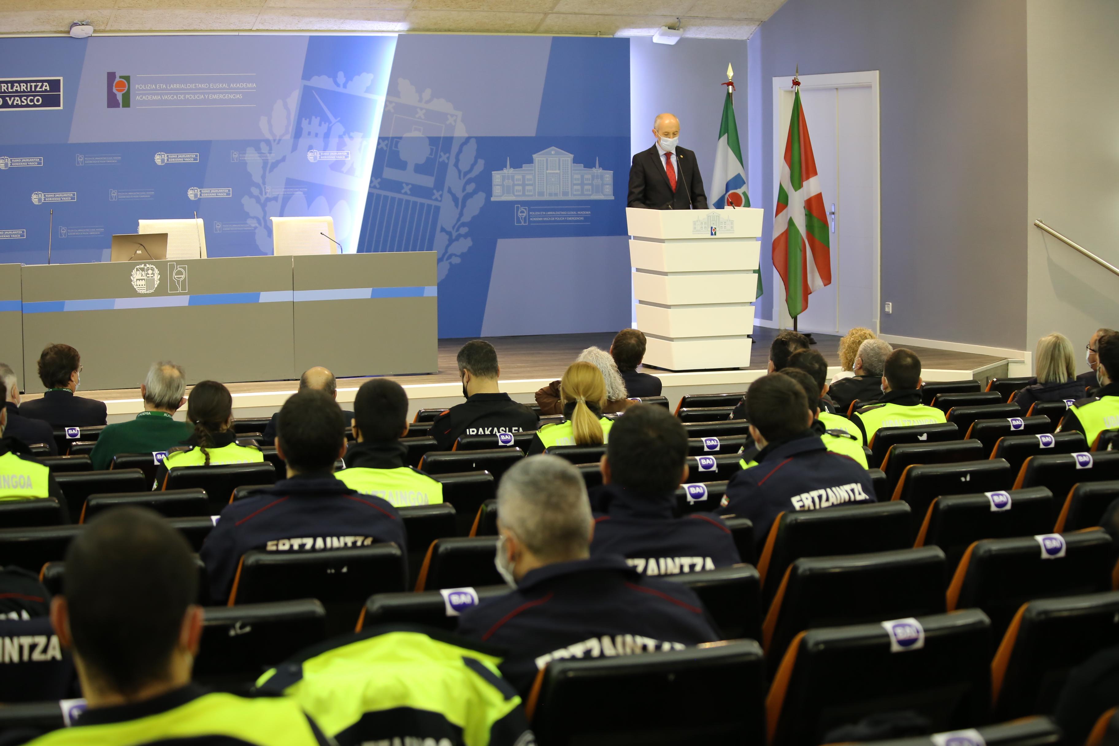Josu Erkoreka y Gorka Urtaran inauguran el primer curso de formación conjunta de Ertzaintza y Policía Local de Euskadi en la Academia Vasca de Policía y Emergencias [20:10]