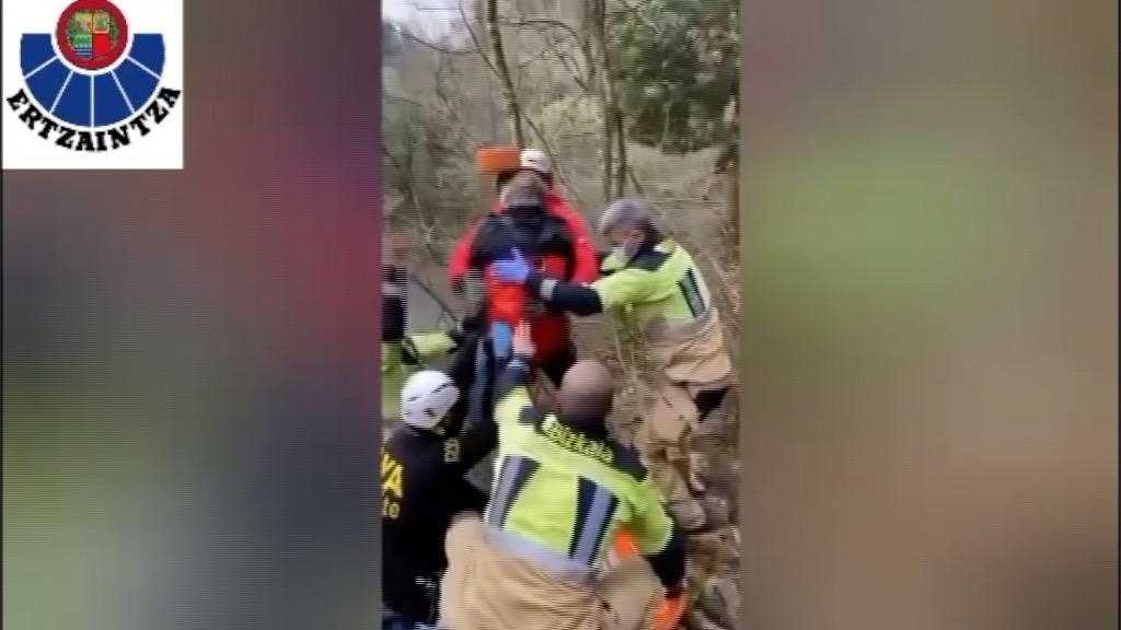 Barakaldo, un helicóptero de la Ertzaintza rescata a una mujer lesionada en un tobillo en la zona de El Regato [1:03]