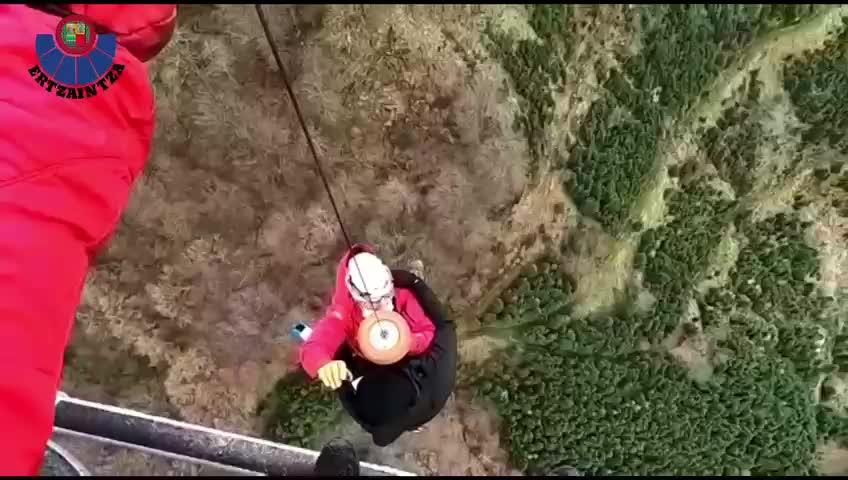 Un helicóptero de la Ertzaintza rescata a un montañero accidentado en el Gorbea [0:43]