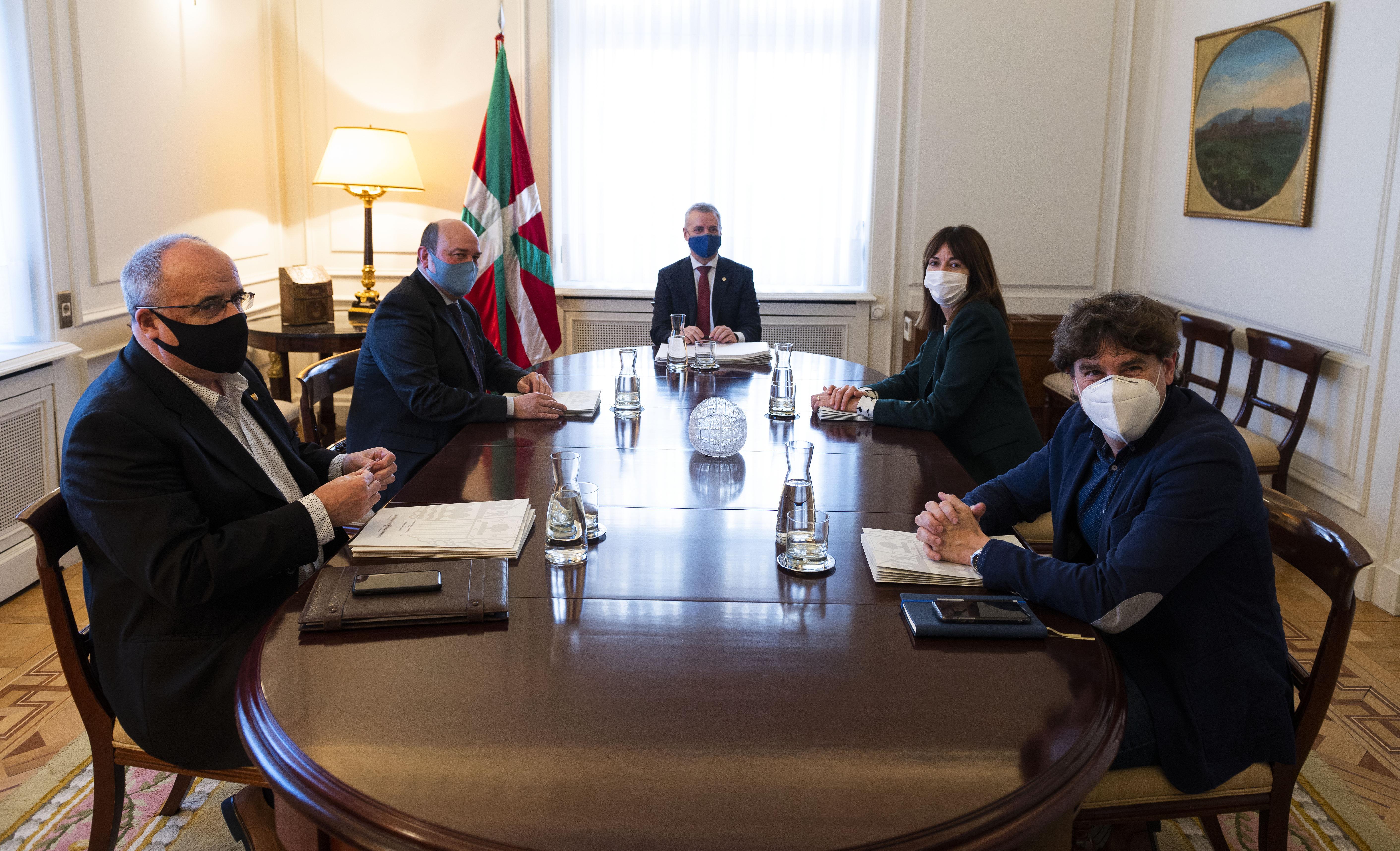 El Lehendakari se reúne con los representantes de EAJ-PNV y PSE-EE [1:34]