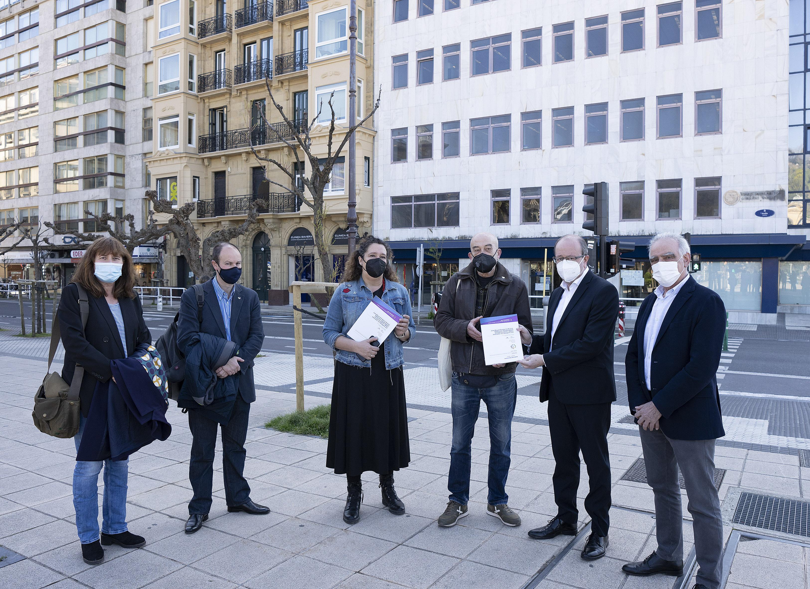 El Gobierno Vasco entrega un informe sobre el estado actualizado del 'Caso Naparra' elaborado por la Cátedra de DDHH de la UPV/EHU a su familia  [51:58]