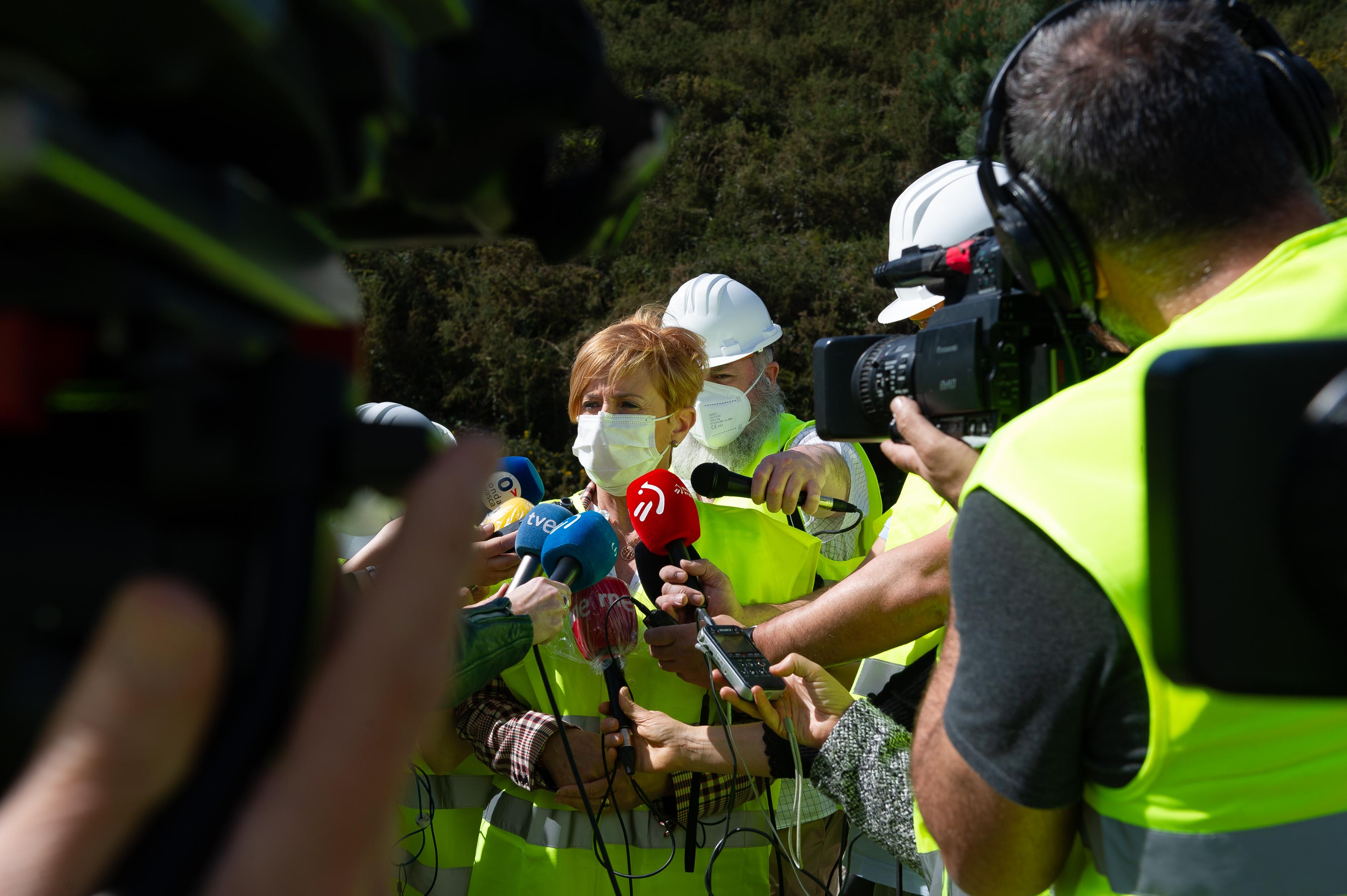"""Tapia, Euskaltelen  EEPaz: """"Operazio honek Euskadi digitalizazio eta telekomunikazio arloetan kokatzeko balio izango duelakoan gaude"""" [3:24]"""