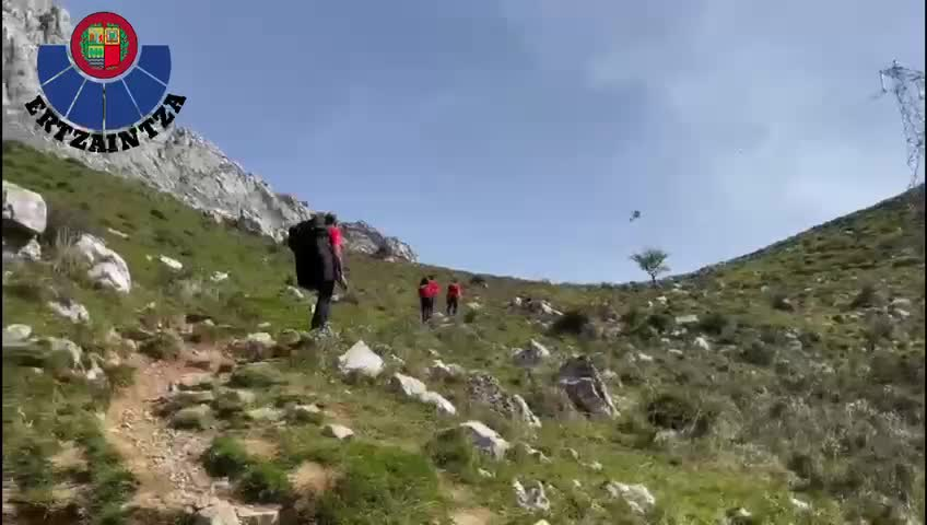 Los Equipos de Emergencia rescatan a un varón con una posible fractura de pierna en el monte Alluitz [1:26]