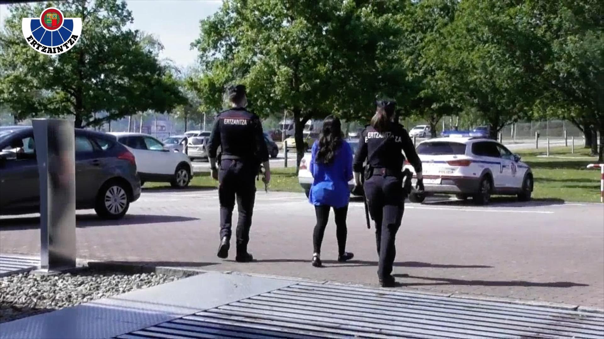 La Ertzaintza detiene a tres mujeres, integrantes de un grupo criminal dedicado a cometer robos con fuerza en domicilios [0:48]