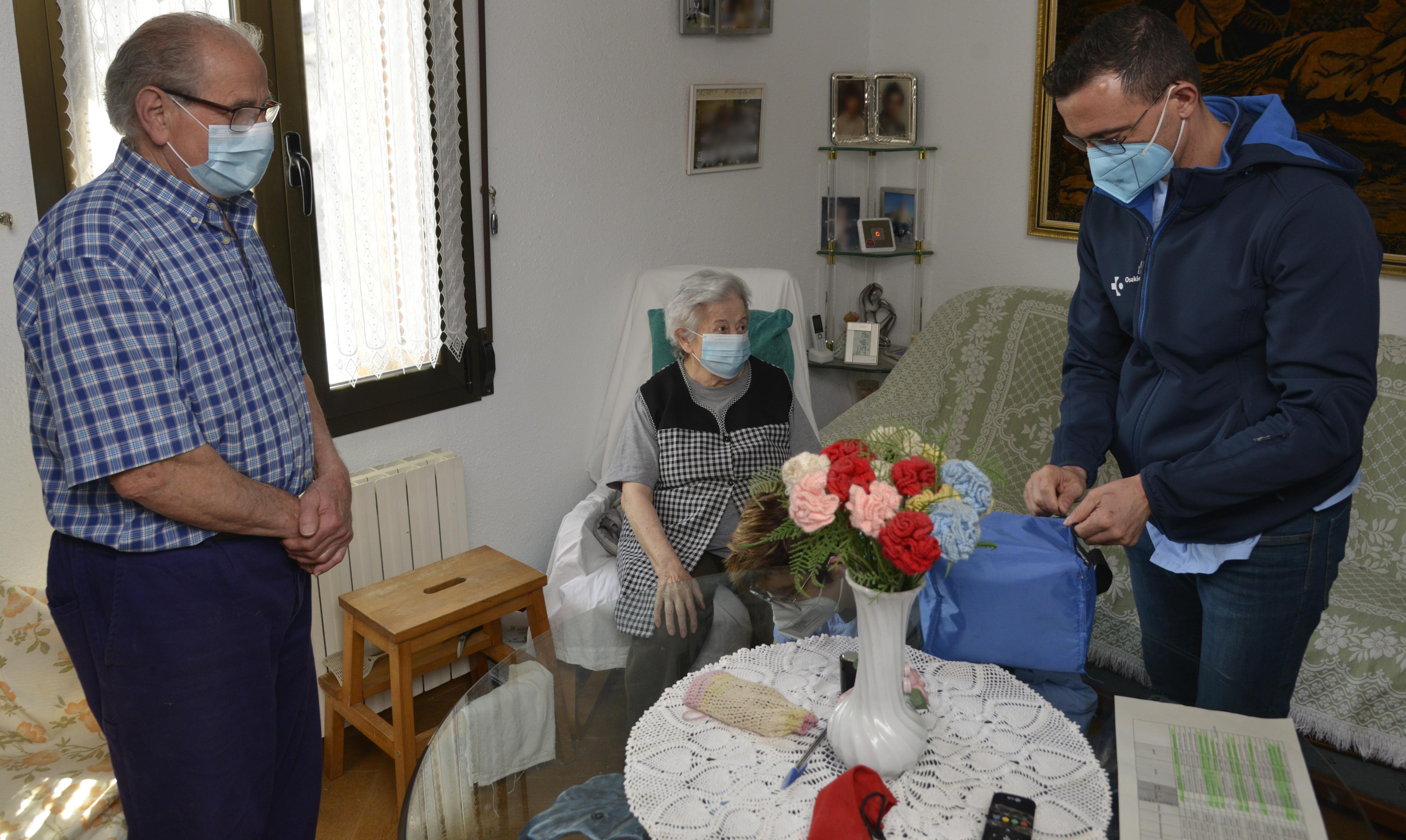 Osakidetza comienza a administrar en domicilios las primeras vacunas de Janssen [1:45]