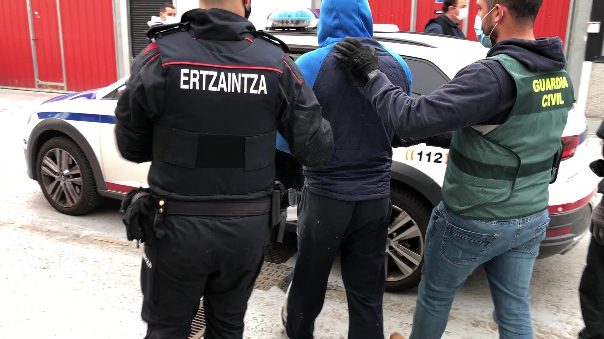 Una operación conjunta entre la Ertzaintza y la Guardia Civil permite desmantelar un punto de venta de drogas en Gorliz (Bizkaia) [1:40]
