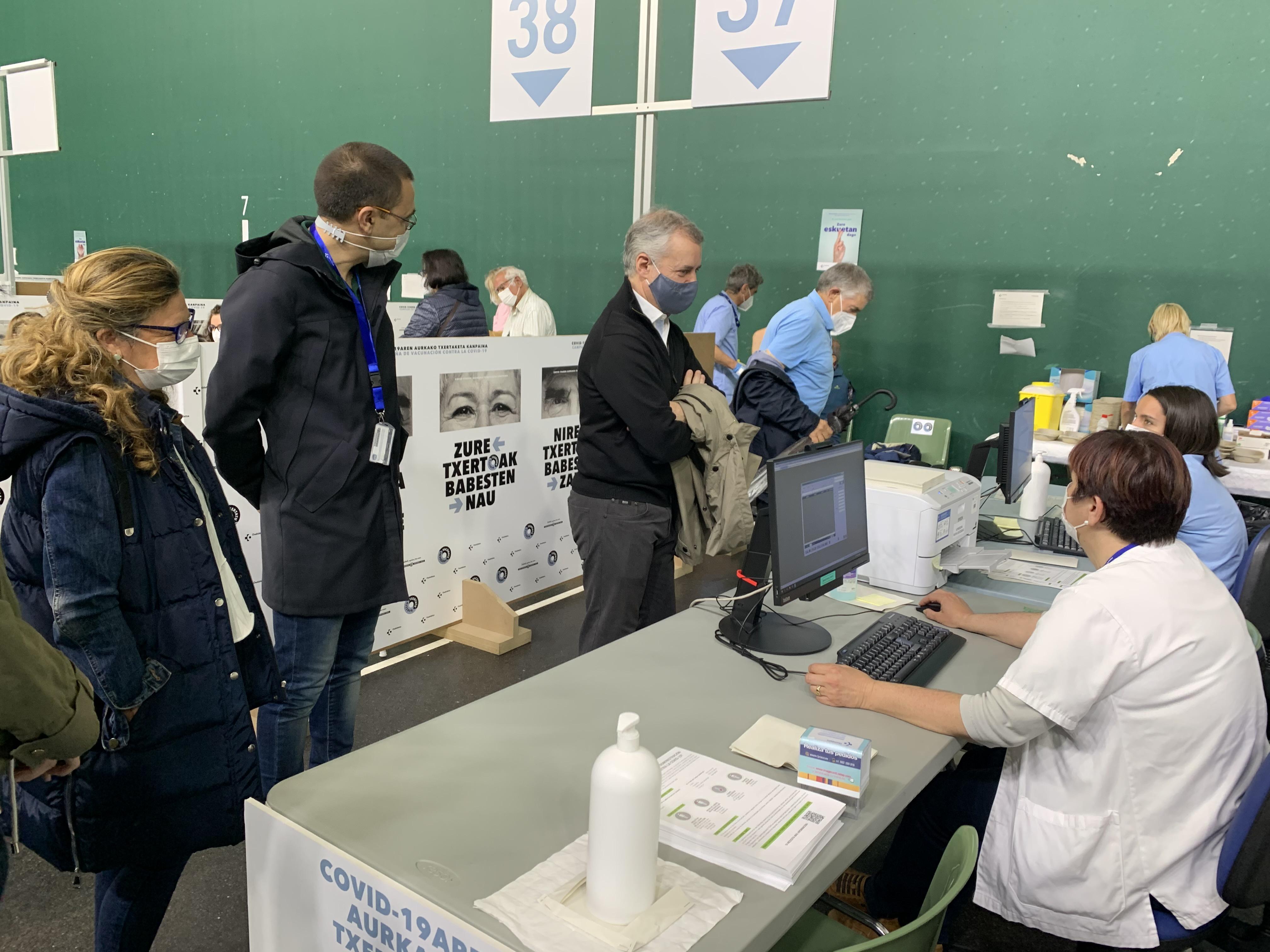 El Lehendakari Iñigo Urkullu agradece la labor del equipo de profesionales de Osakidetza en su visita al punto de vacunación de Frontón Lakua de Vitoria-Gasteiz [7:46]