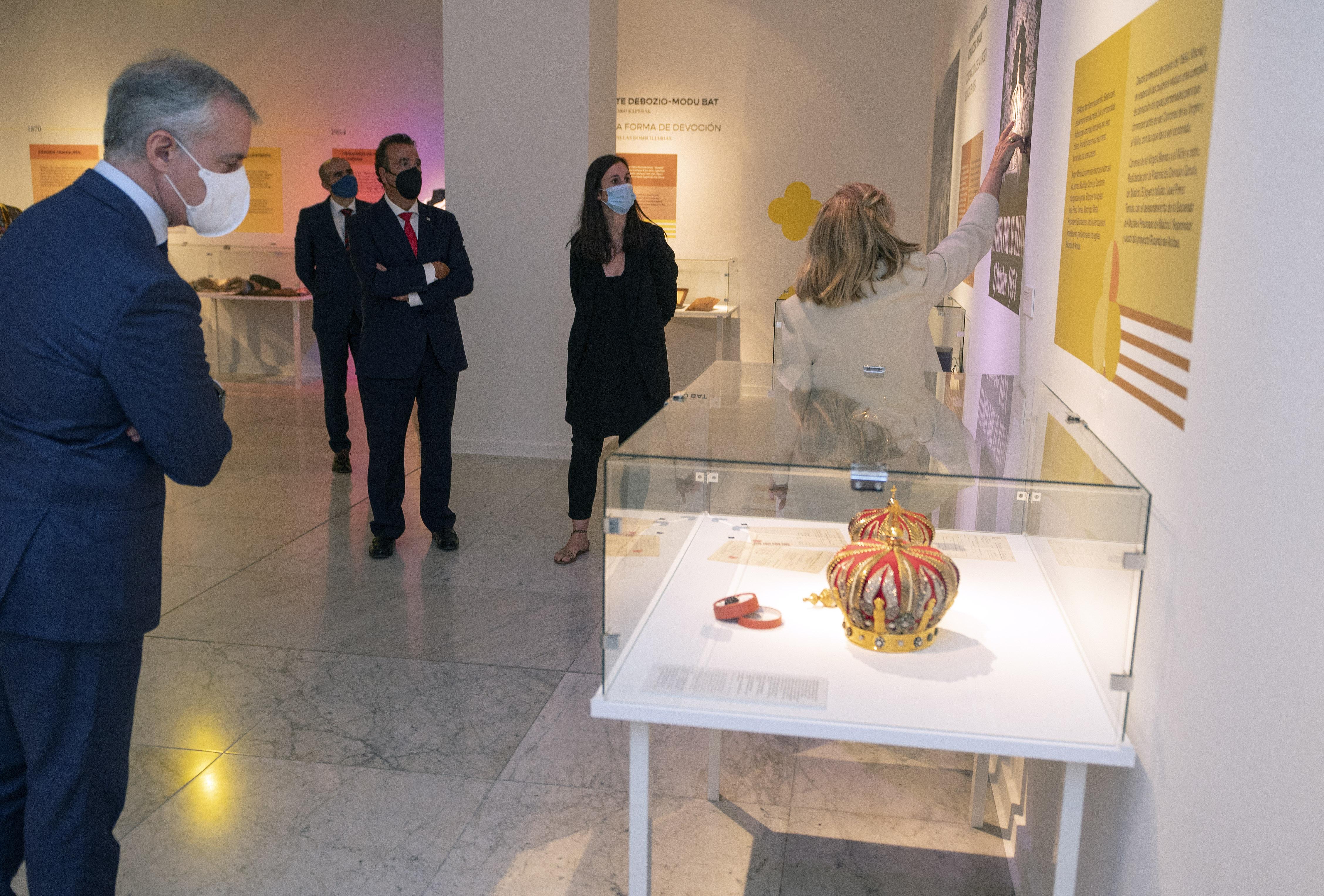"""El Lehendakari visita la exposición """"Luces para la ciudad"""" [2:20]"""