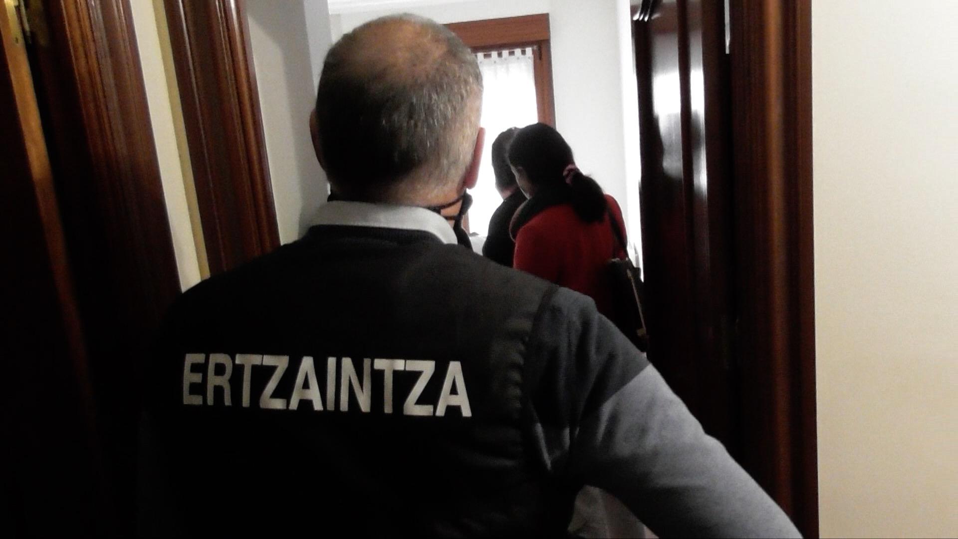 Desarticulada una organización criminal internacional dedicada a la estafa sistemática en el alquiler de alojamientos turísticos a través de Internet [1:19]