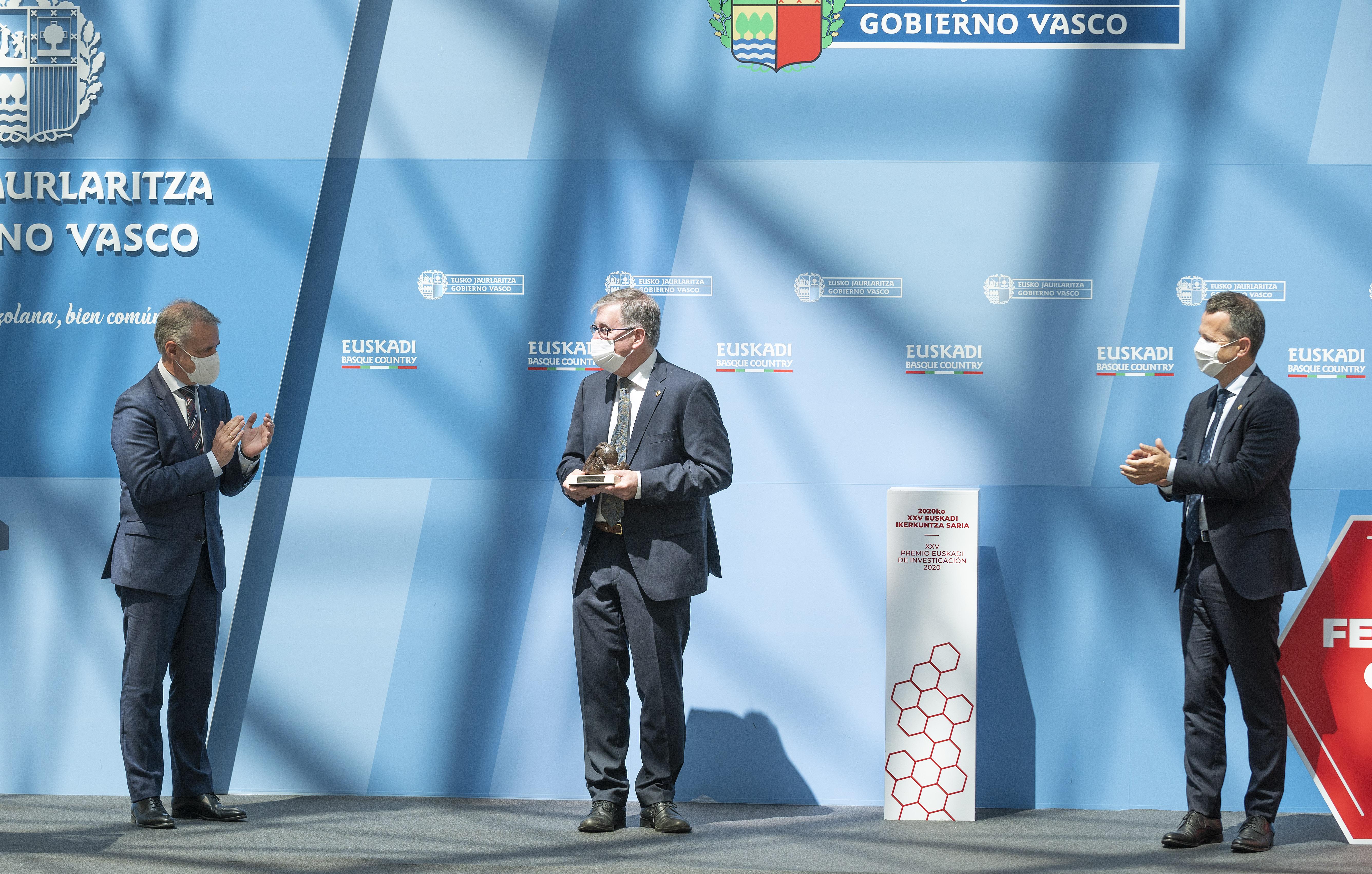 Lehendakariak 2020ko Euskadi Ikerkuntza Saria eman dio Fernando Cossio kimikariari [42:12]