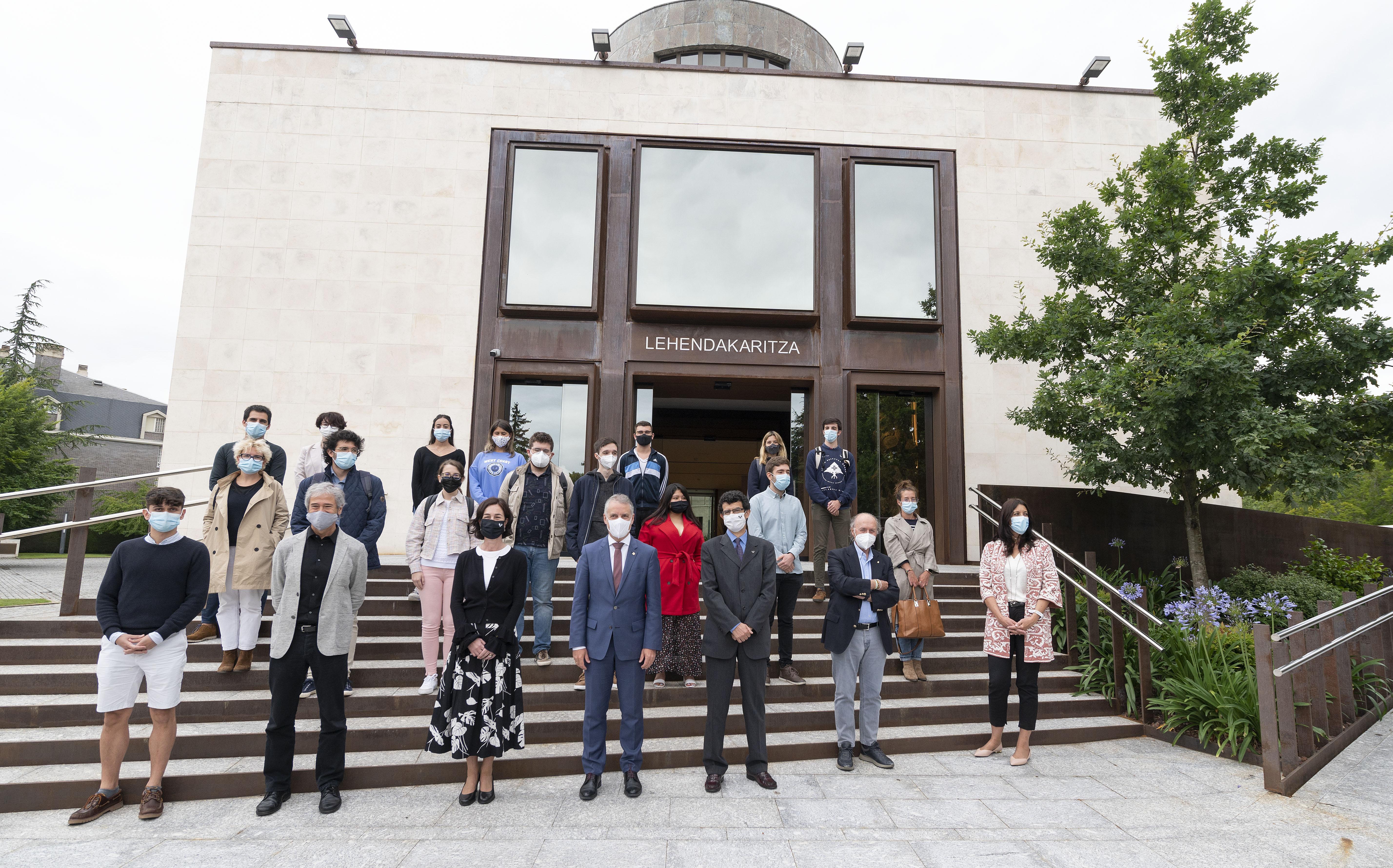 El Lehendakari recibe al alumnado y responsables de los Cursos de Derecho Internacional y Relaciones Internacionales de Vitoria-Gasteiz [23:05]