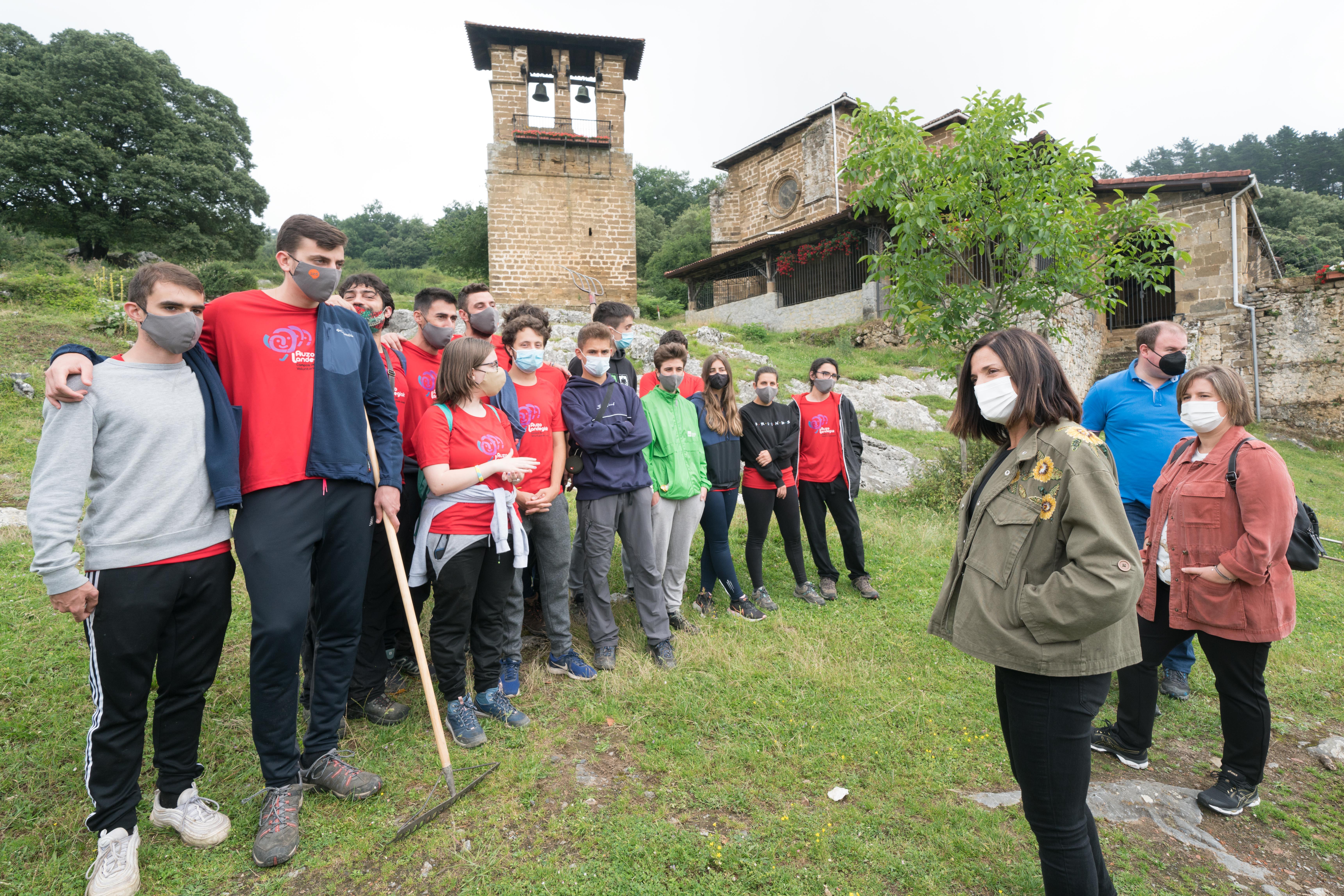 Beatriz Artolazabal inaugura la temporada de campos de voluntariado juvenil con una visita a Santa María del Yermo de Laudio [6:53]