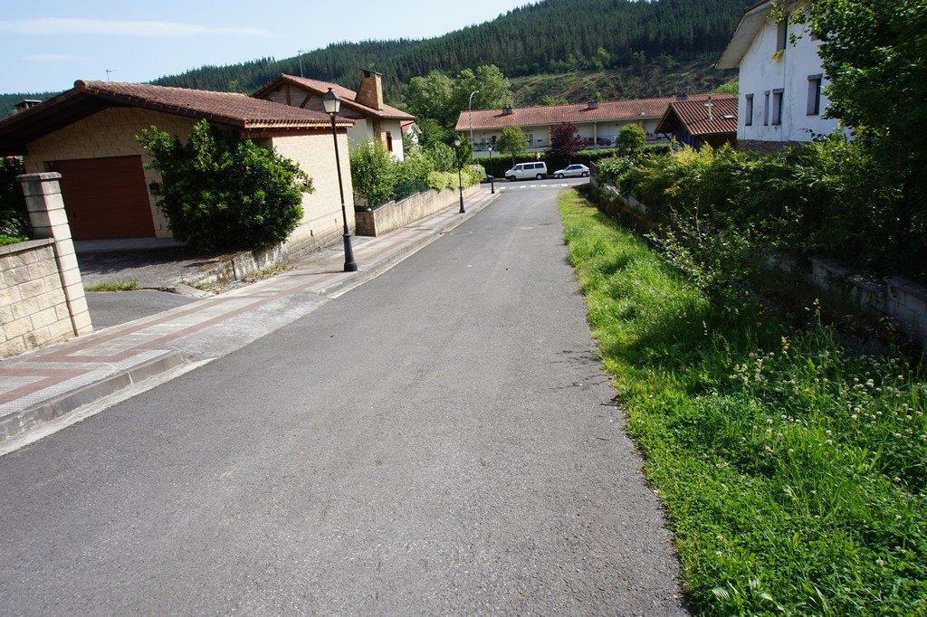 Astui_kalea__ubidea_eskumako_ertzean_-_Vista_aguas_arriba_de_la_calle_Astui_y_canal_a_la_derecha.jpg