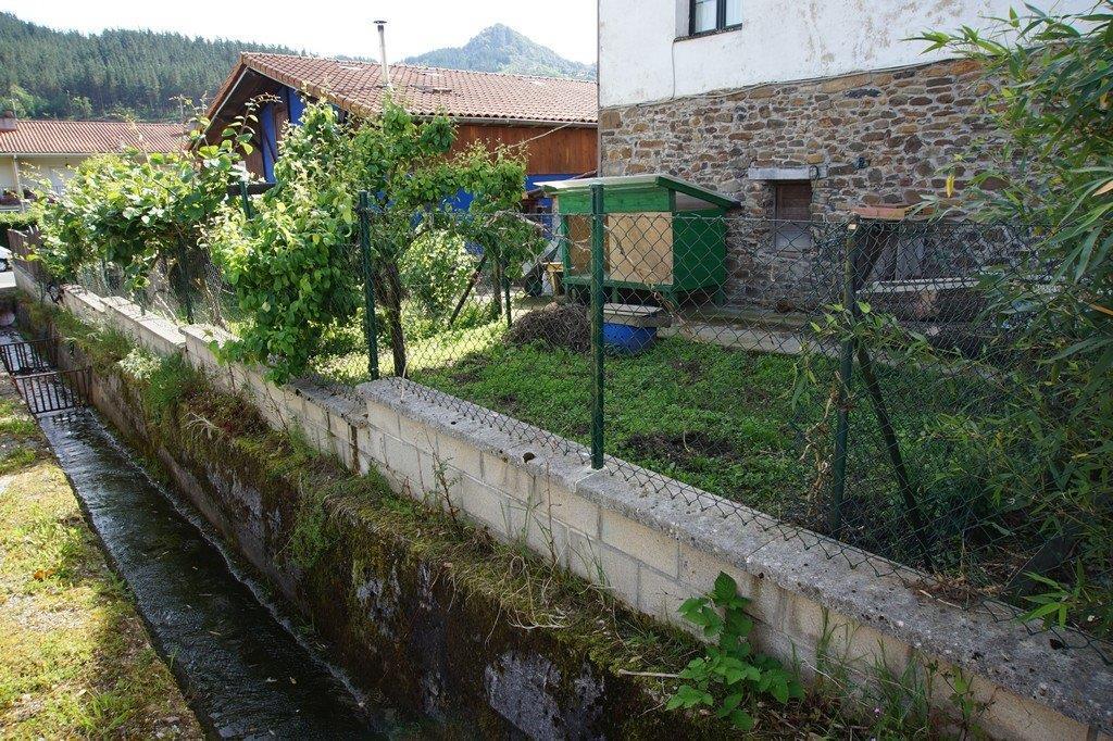 Zabalera_eskaseko_hormigoizko_ubidea_-_Canal_de_hormigon_del_arroyo_con_seccion_insuficiente.jpg